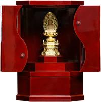飛騨春慶小型仏壇勾玉αは、小型ですがおかざり棚と引き出し付きで、お客様の使い勝手を考えました