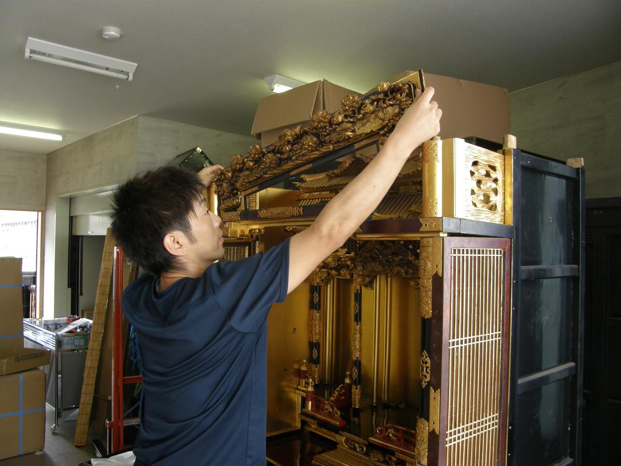 仏壇洗濯・修理 欄間彫刻などを縦の溝から上へ抜く。