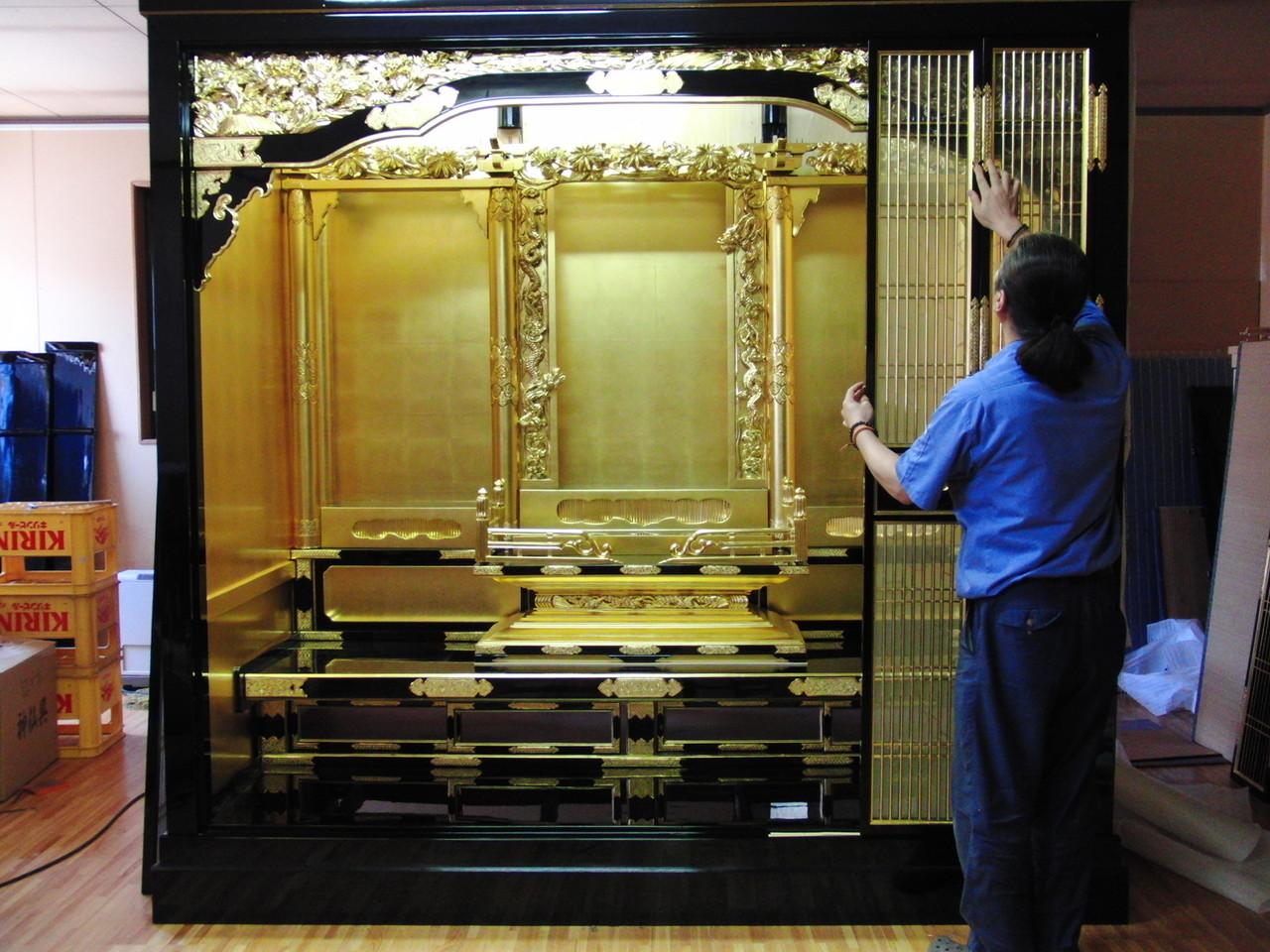 仏壇洗濯・修理 実は、もう一度分解して運び出して、お客様の家の中で再度組み立てました。