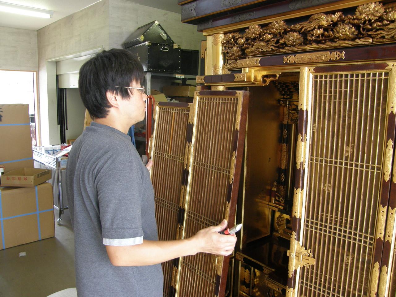 仏壇洗濯・修理 蝶番金具の真鍮釘を抜き、扉や障子を外す。