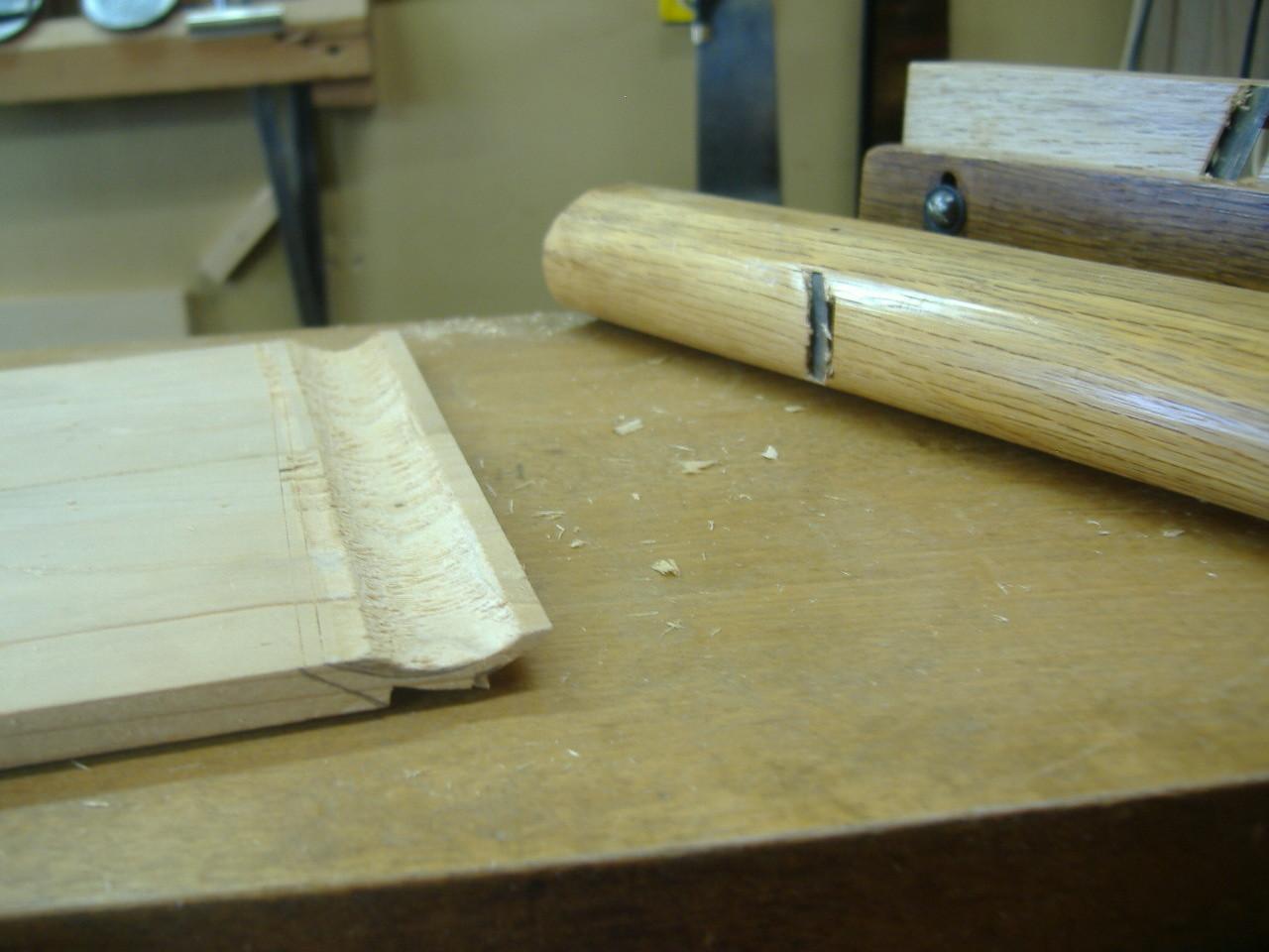 仏壇洗濯・修理 内側になる部分を横木に使い、「丸カンナ」で削ります。