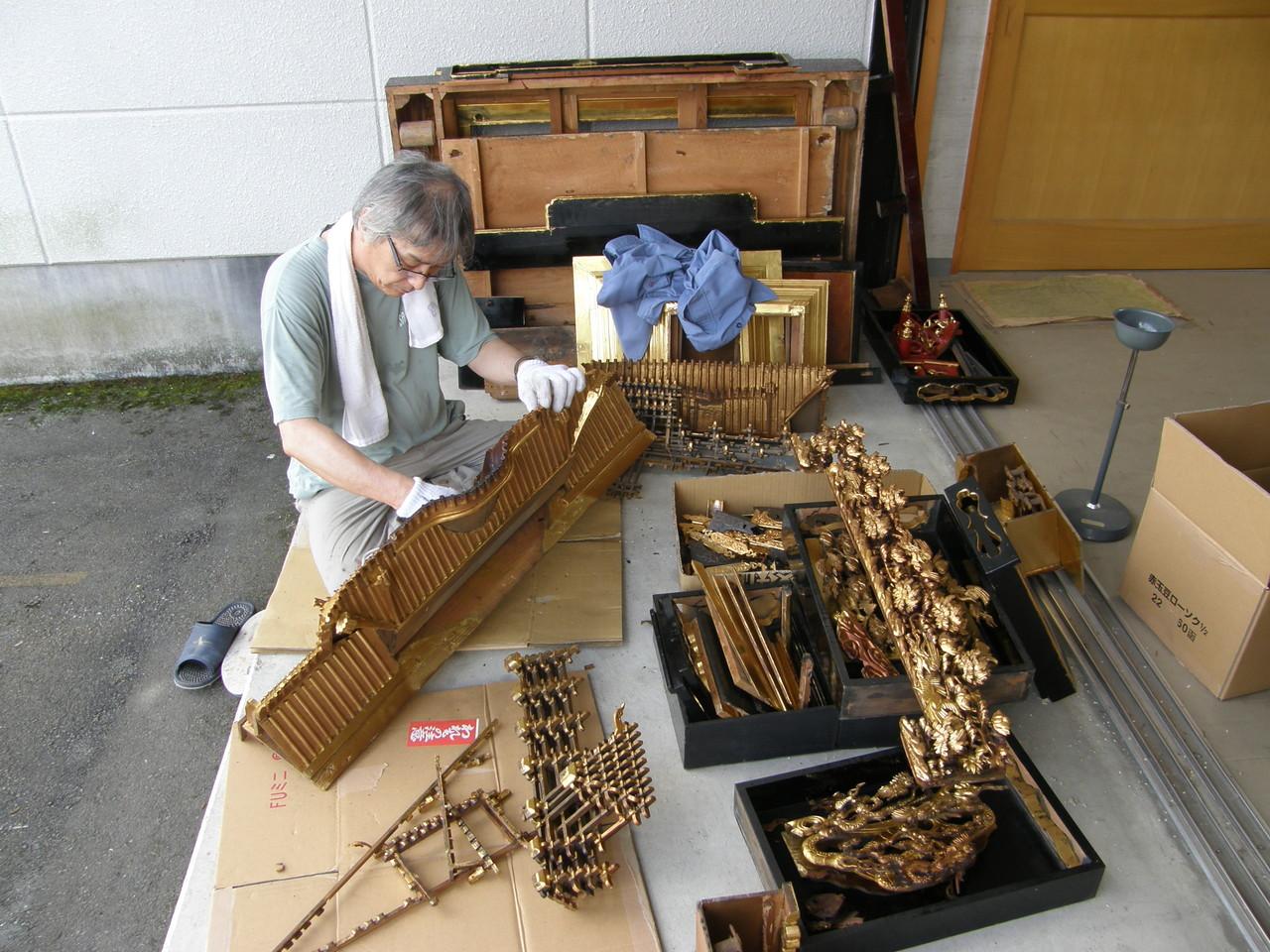 仏壇洗濯・修理 屋根や彫刻はさらに細かく分解する。