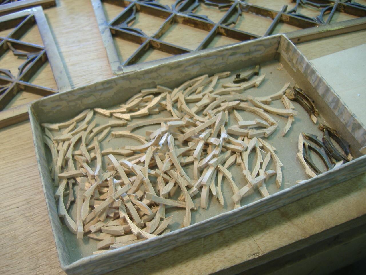 仏壇洗濯・修理 折れないように切り取ったパーツは、方向を考えピンセットを使い接着させます。