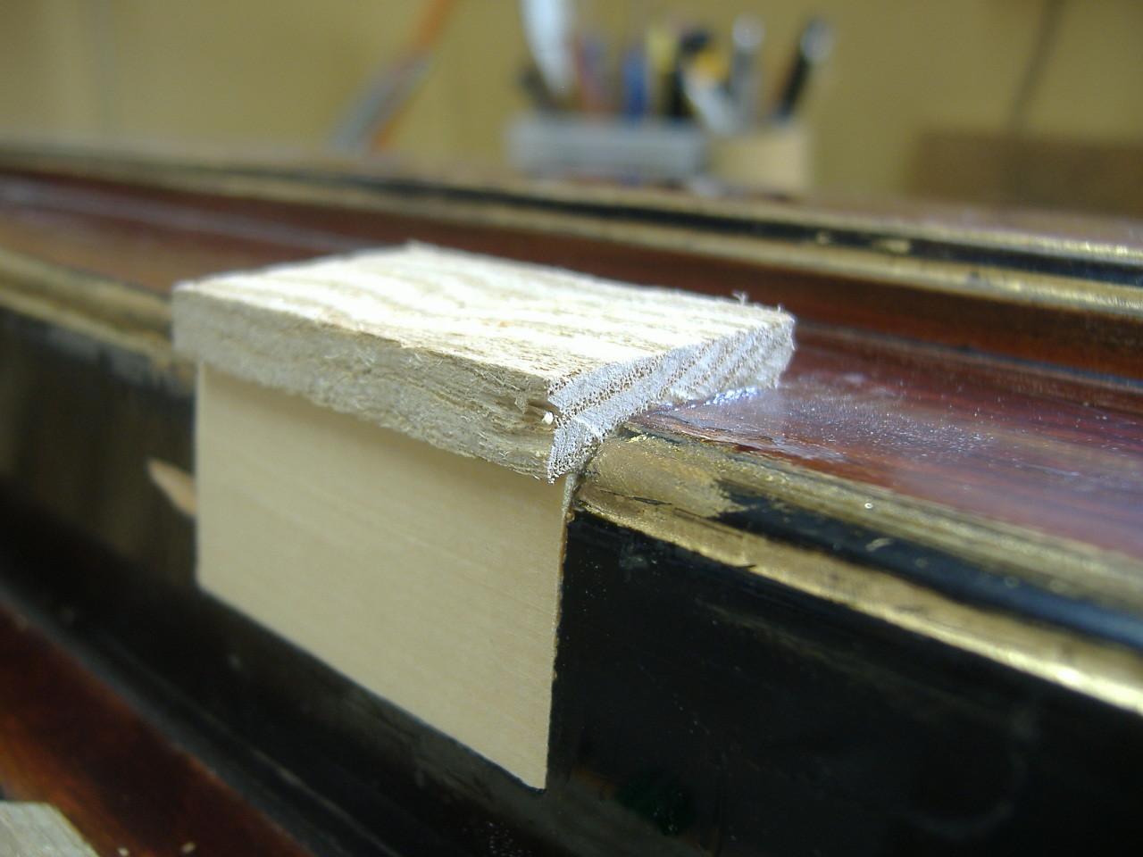 木目部分には同じ材質(栗)を使い、木目を考慮しながら再度埋め木をします。