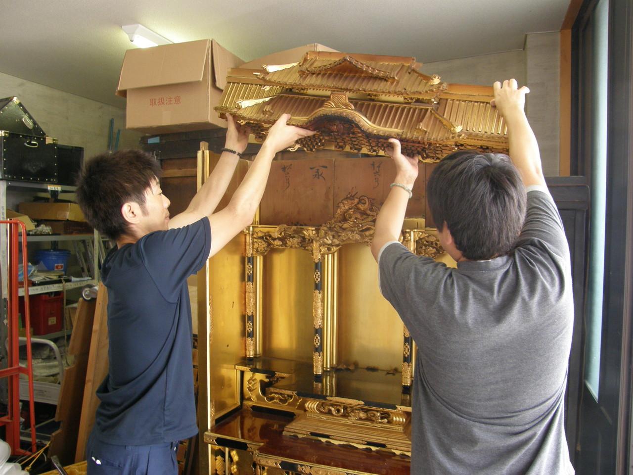 仏壇洗濯・修理 屋根周りを上部へ抜き取る。