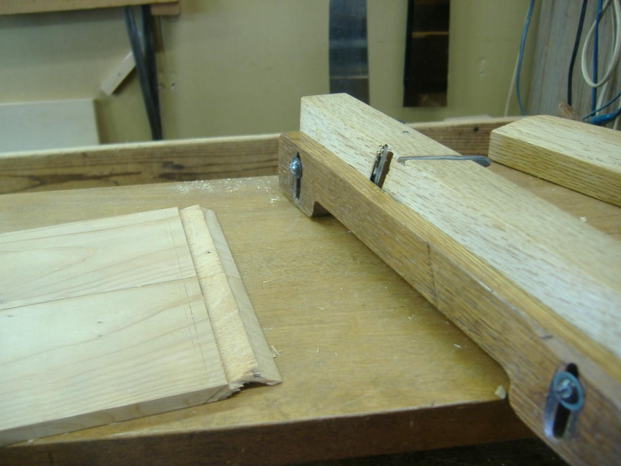 仏壇洗濯・修理 外側の羽のような部分を、特殊な「際カンナ」で削っていきます。
