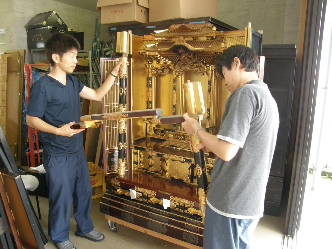 仏壇洗濯・修理 前柱のほぞを上へ抜く、長押も倒さないように外す。