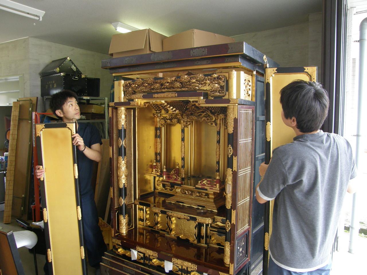 仏壇洗濯・修理 本体から扉の軸を外す。