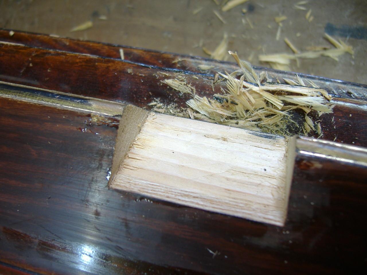 新たに埋め木をするために、「ノコギリ」と「ノミ」を使い、もう一度きれいに削り直します。