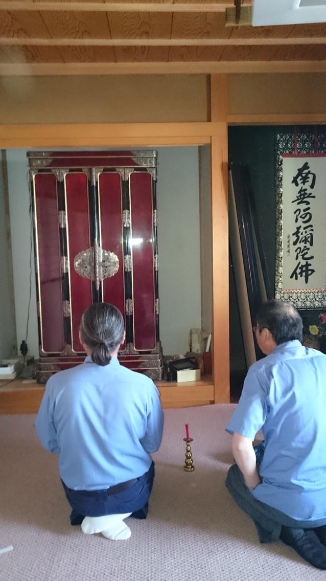 お仏壇の引っ越し前の儀式。みんなで合掌。お仏壇に手を合わせます。