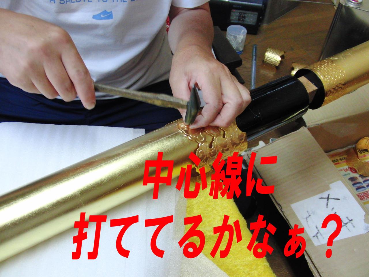 金箔を擦らさないように気を付け、採寸の位置を決める。