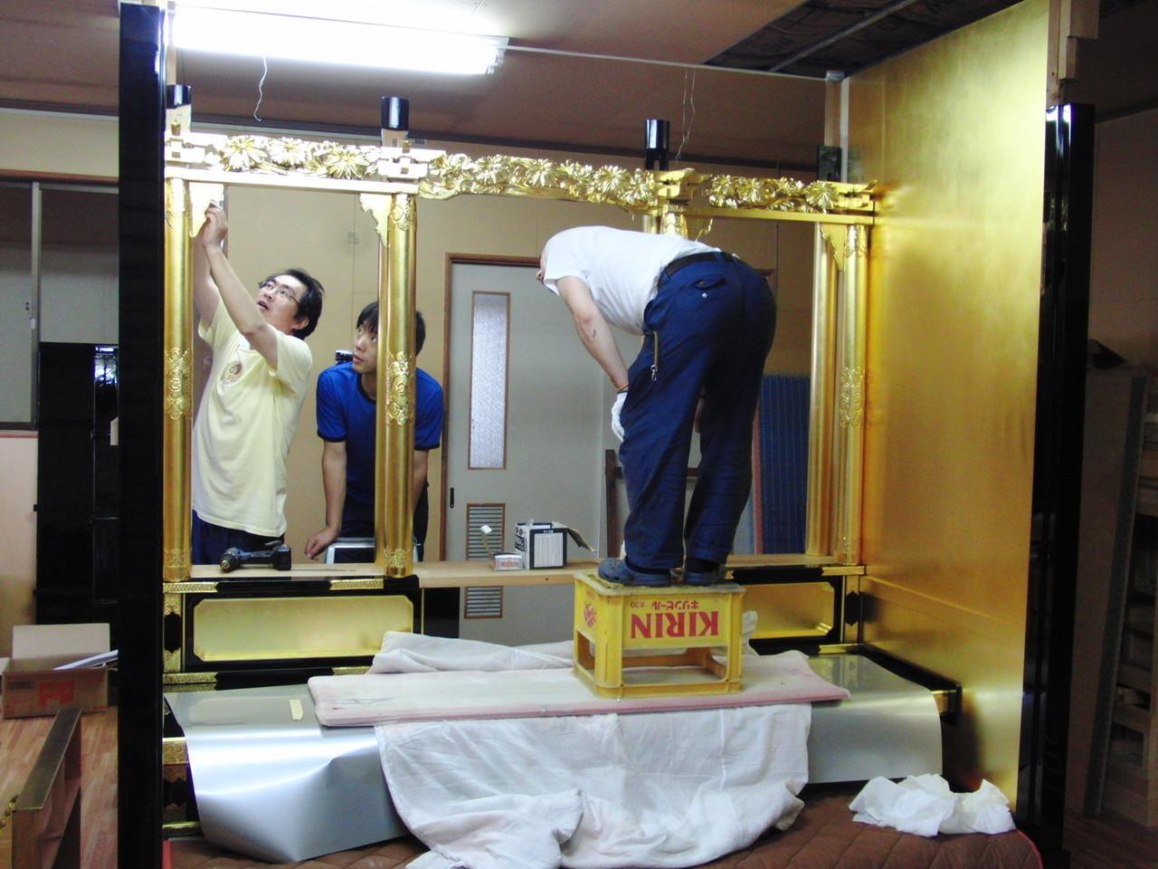 仏壇洗濯・修理 この大きさはケタ外れでした、中に入って組み上げていきました。