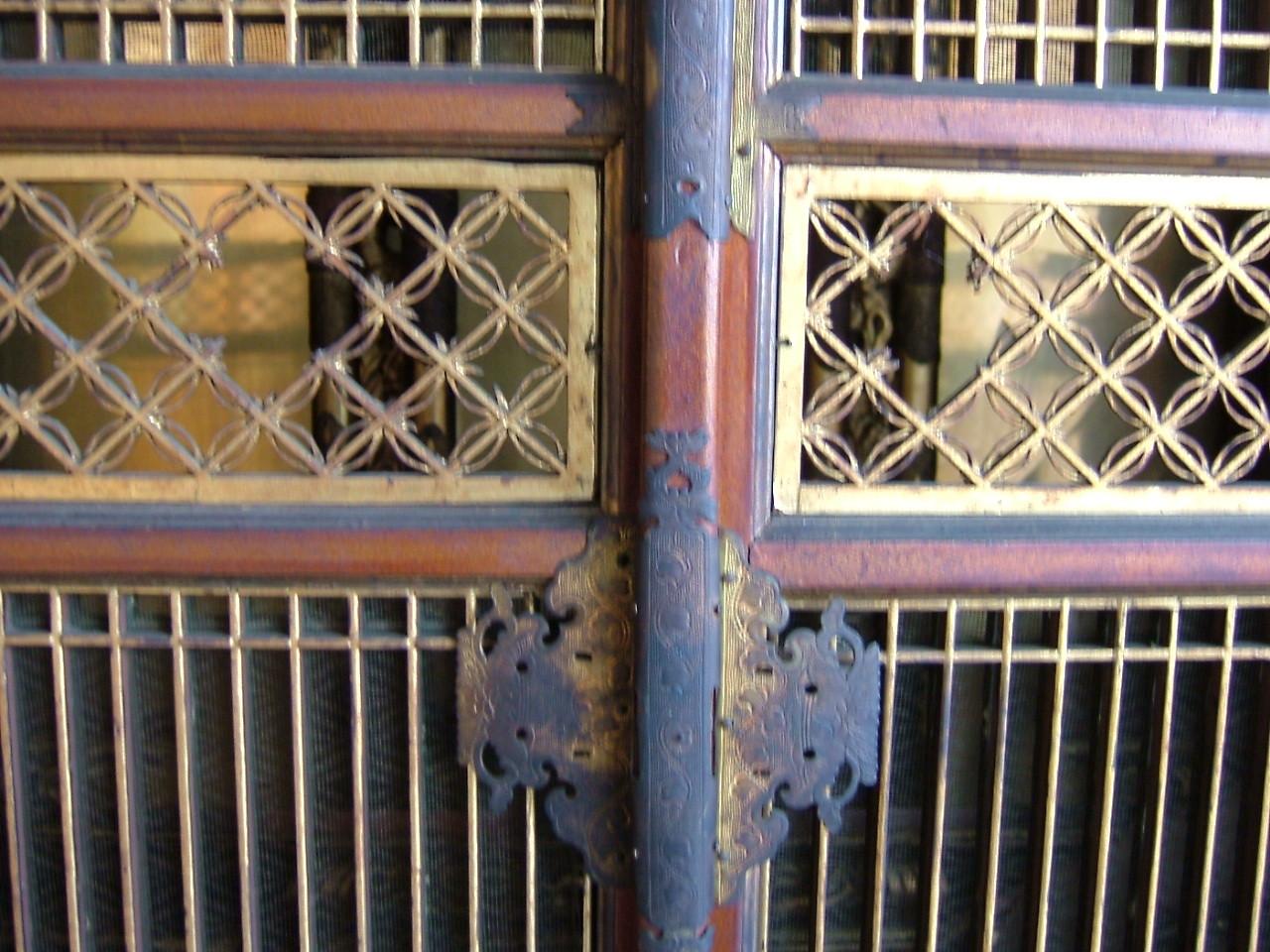 仏壇洗濯・修理 高級仏壇にみられる障子の中央にある輪違いの菱組子です。ネズミ喰い等で穴が空いています。