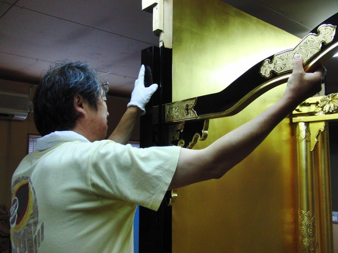 仏壇洗濯・修理 金箔を貼り金具打ち後、仕上げた部品を組み立てていきます。