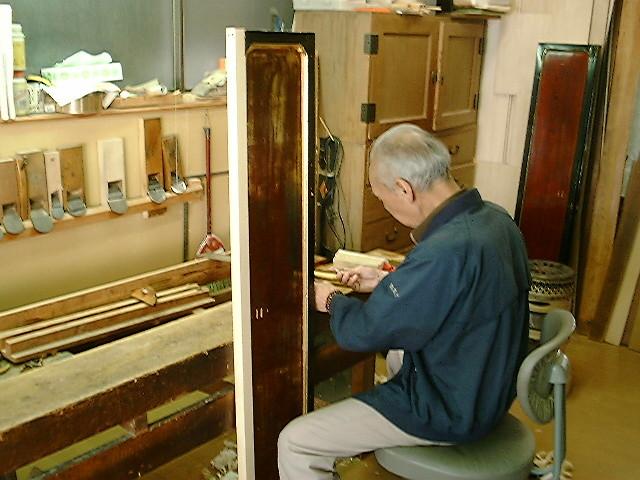 曲がったままでは扉の開閉に支障が出てきます。木地職人だから修復はお手のもの。
