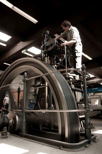 Historischer Dieselmotor DME 147 der Gasmotoren-Fabrik Deutz, Baujahr 1907; Schwungradseite; Luxembourg Science Center
