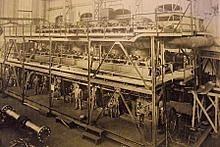 Der über 7,4 m hohe Groß-Dieselmotor von MAN Nürnberg bei der Montage.
