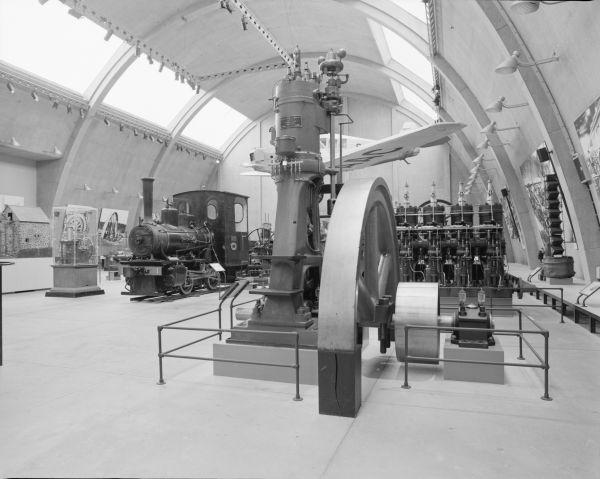 Frühere Maschinenhalle des Tekniska Museet in Stockholm mit Schwedens erstem Einzylinder-Dieselmotor 21/41 im Vordergrund.