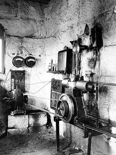 Langs Luftspeichermotor mit luftloser Einspritzung mittels Zapfendüse im Jahr 1922 auf dem privaten Lang-Prüfstand in Nürnberg. Im Hintergrund der Generator