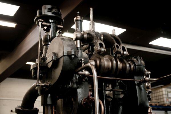 Dieselmotor DME 147 Baujahr 1907 in Luxemburg; Blick auf die Steuerwelle und die Kipphebel