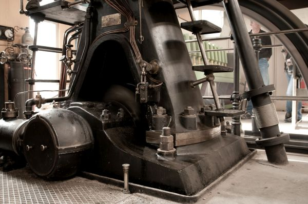 Gasmotoren-Fabrik Deutz; Historischer Dieselmotor DME 147, Baujahr 1907, in Luxemburg; A-Gestell; Luftpumpe