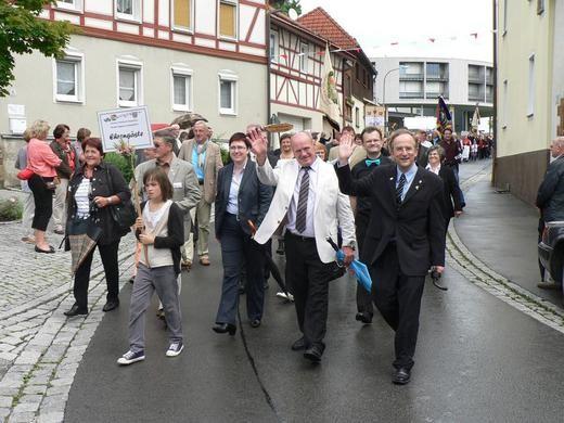 Der Sängerkreis-Vorstand und Bgm. Birgit Erb beim Festzug in Oberelsbach - 010712