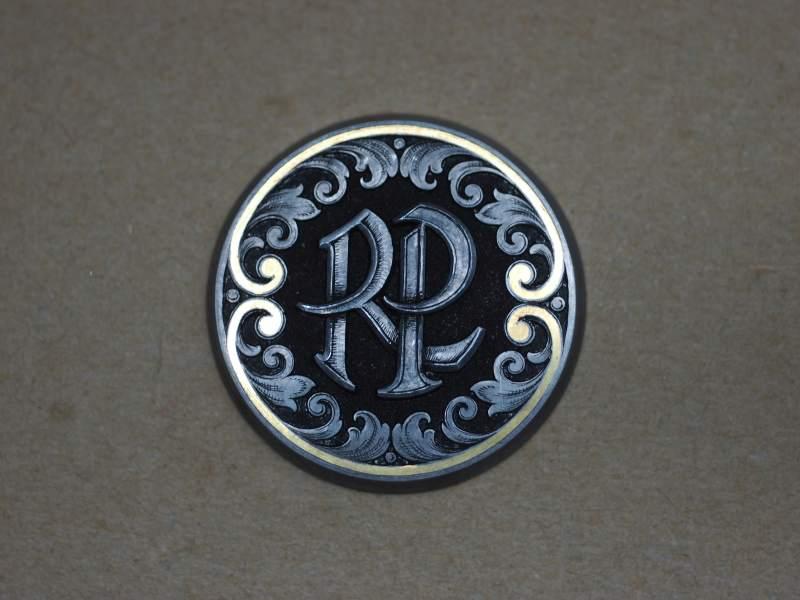 Ziseliertes Monogramm mit Goldrand und Ornament