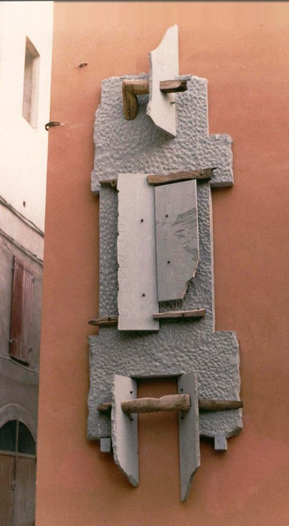 GRANDE MURO. 1984 - PALAZZO COMUNALE DI FANANO - PIETRA SERENA E LEGNO - 4 X 1,20 X 0,60 m