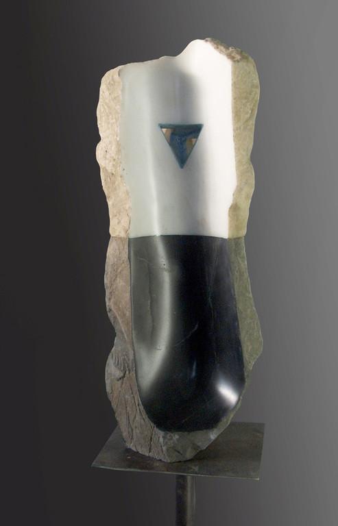 Uno e trino - 2006 - Marmo nero e statuario, onice, foglia d'argento e colore - 0,55 x 0,25 x 0,25 m