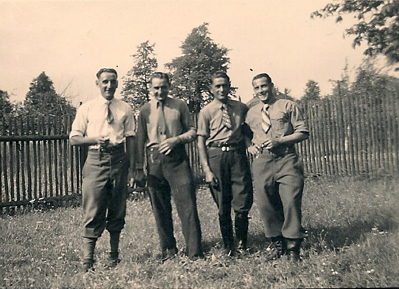 Französische Kriegsgefangene in Mühltroff, links Georges Castignolles(1)