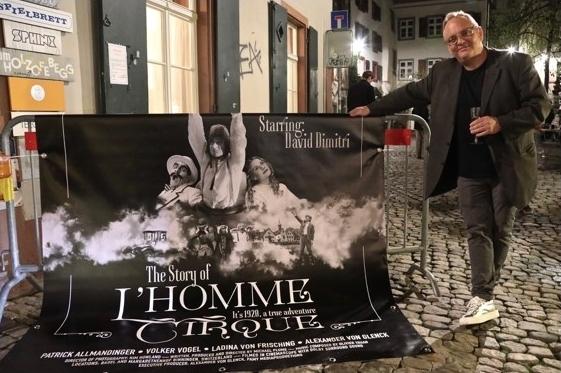 """Auf dem Andreasplatz: Filmposter von  """"The Story of L'Homme Cirque"""" (""""Die phantastische Geschichte von L'Homme Cirque"""") mit Michael Flume"""
