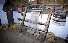 Rekonstruierter Webstuhl mit ringförmigen Gewichten im Experimentalzentrum Gammel Lejre (Bildquelle: Wikipedia)
