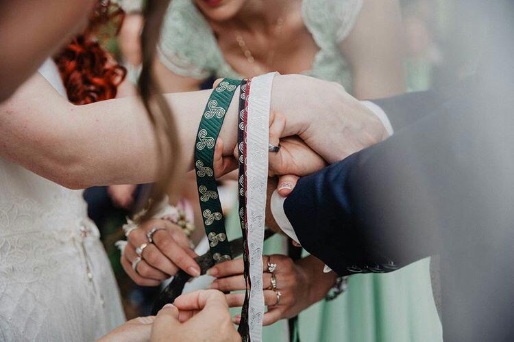 Das Handfasting ist ein keltisches Ritual, das die Verbundenheit symbolisiert (Foto: Mona & Reiner Fotografie)