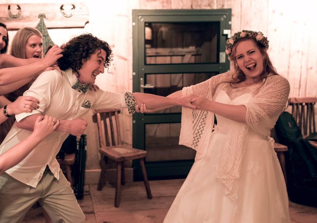 """Nicht nur beim """"Tying the knot""""-Ritual wurde gezogen. Der irische Brauch schien sich auf der Feier von Liz & Dodo fortzusetzen"""