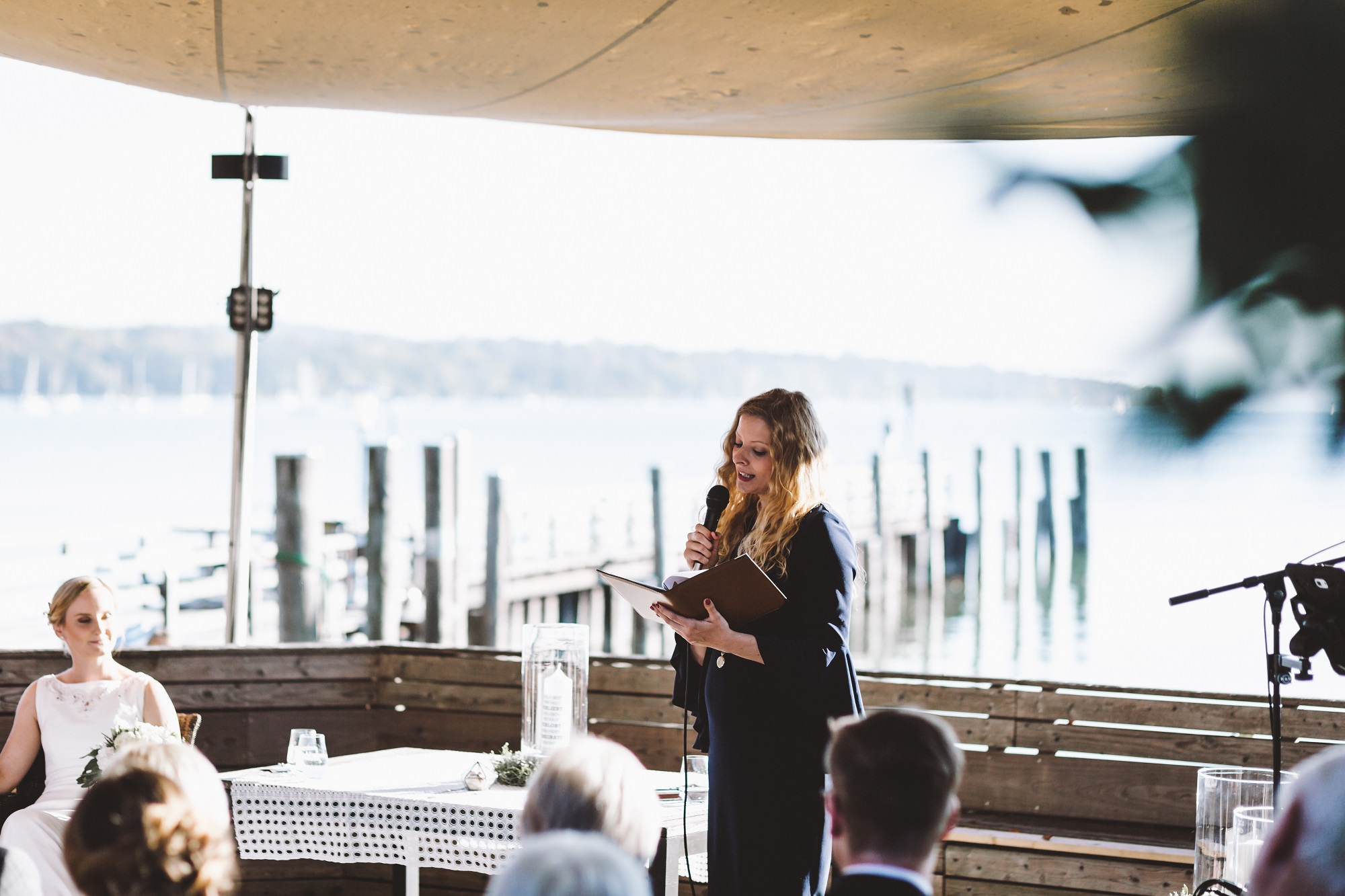 Hochzeitsrednerin Katharina erzählt davon, wie schön Panama ist - die Terrasse am Ammersee war es auch! (Foto: Ralf Schuck)