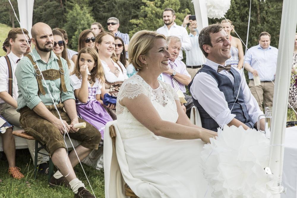 Die Traurede von Katharina Lehmkuhl bringt das Paar und die Festgesellschaft zum Lachen