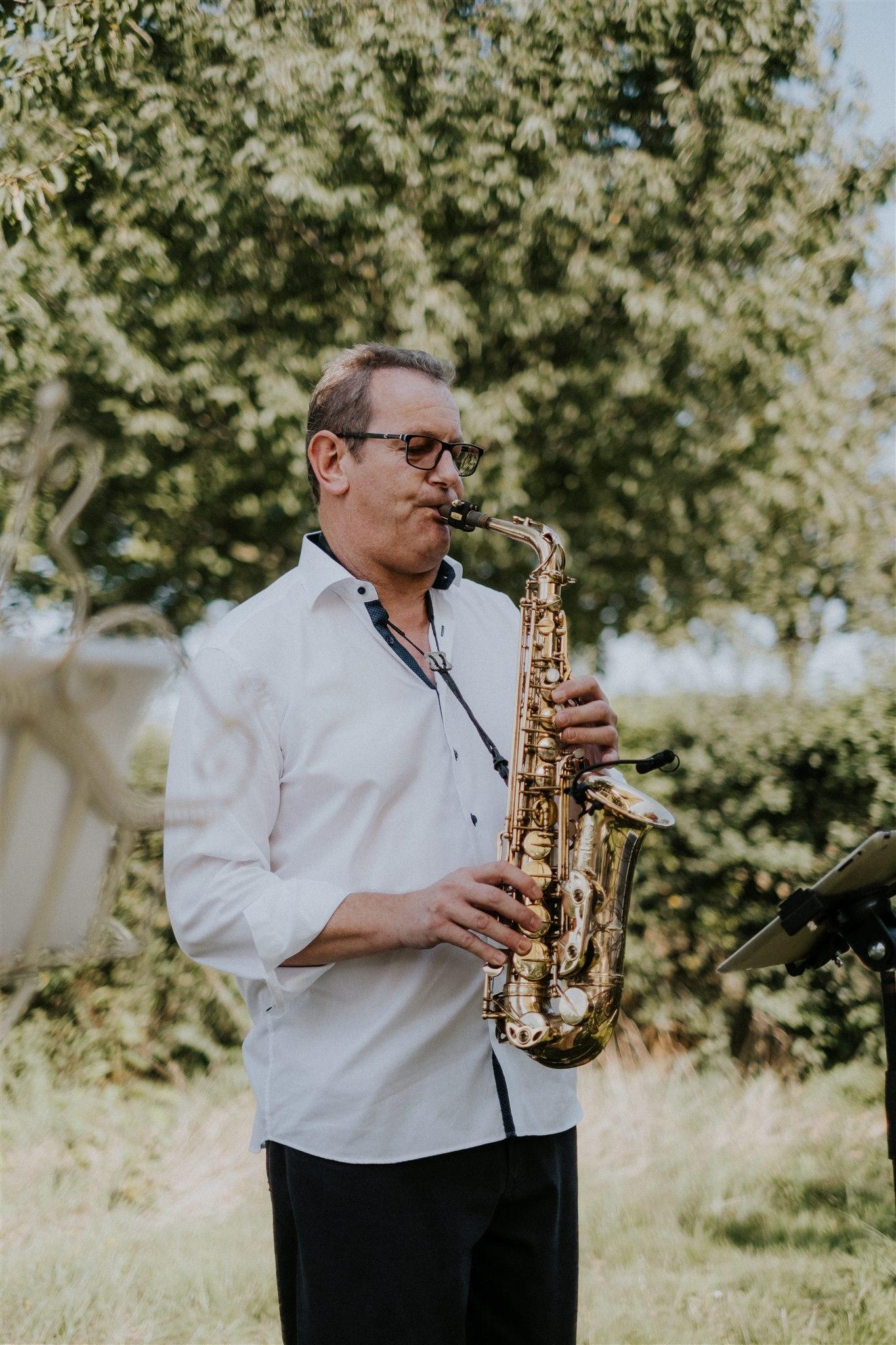 Der Einzug wird mit Saxophonmusik begleitet (Foto: Kevin Biberbach)