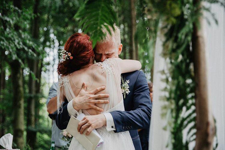 Ein bewegender Moment für Tanja & Klaus - das Vortragen der Liebeserklärung (Foto: Mona & Reiner Fotografie)