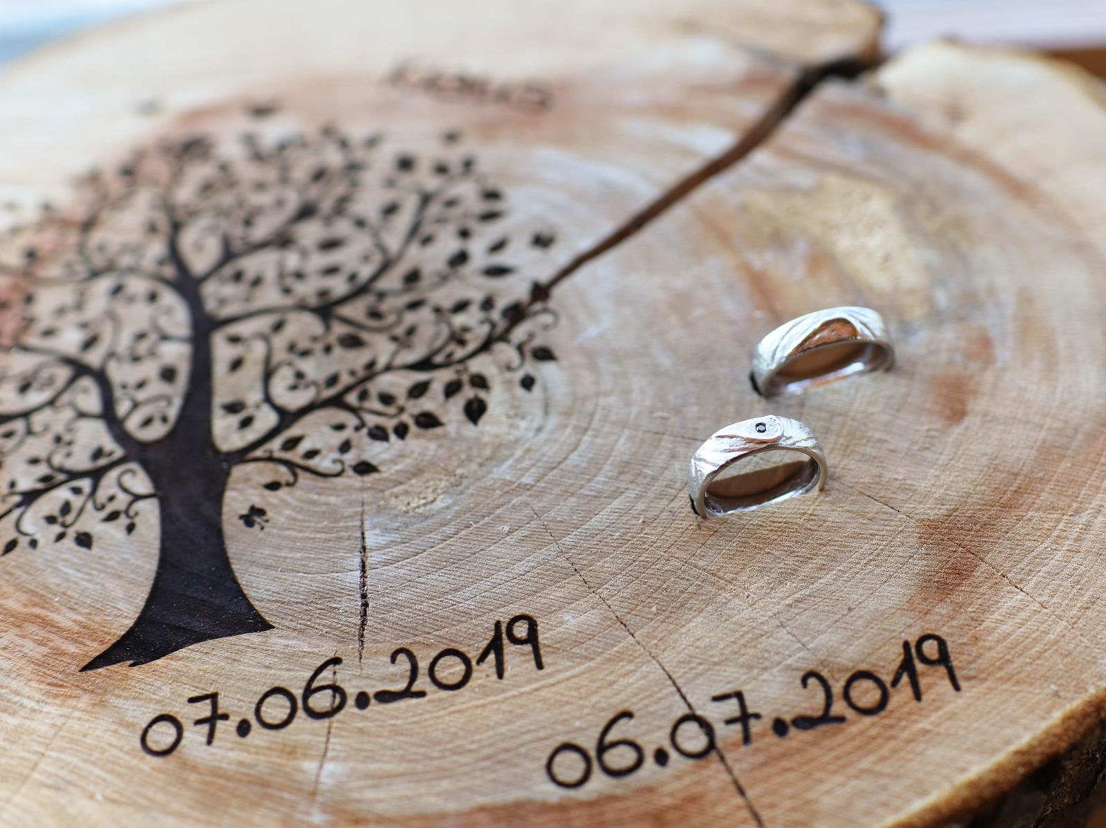 Die Ringe passen zu der freien Trauzeremonie im Wald