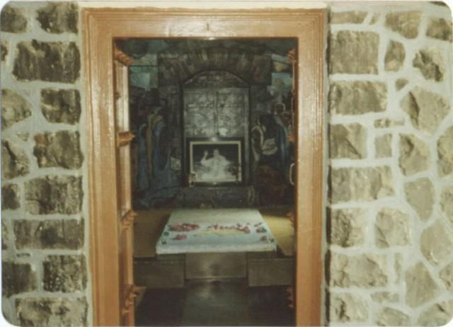 Baba's Tomb - original inside view - Upper Meherabad