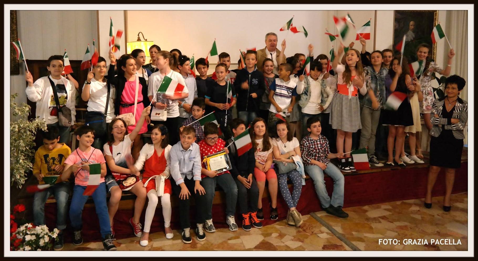 """Il regista Mauro Vittorio Quattrina con alcuni ragazzi presenti alla premiazione mentre cantano il nostro Inno Nazionale """"Il Canto degli Italiani"""""""