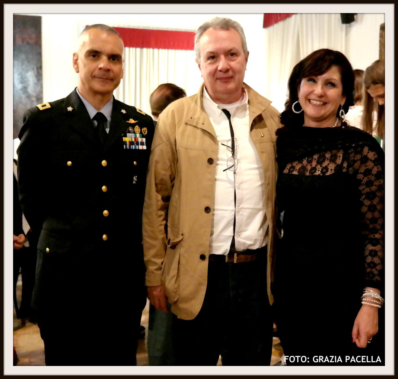 Il regista Mauro Vittorio Quattrina con la Dott.ssa Anna Lisa Tiberio e il Comandante del 3° Stormo dell'Aeronautica Militare di Villafranca Col. Massimo Cicerone