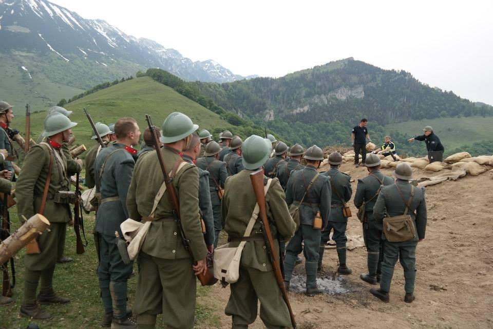 Il regista Mauro Vittorio Quattrina stà dando indicazioni ai reenactors e ai soldati dell'Esercito Italiano