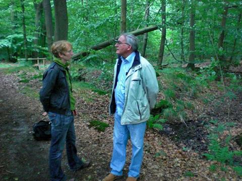 Hans Sörensen aus Dänemark (verstorben 2016) am Gedenkort im Auricher Wald im Juli 2012. Sein Stiefvater Henry Eppler Sörensen wurde 1944 im Außenlager KZ Engerhafe umgebracht.