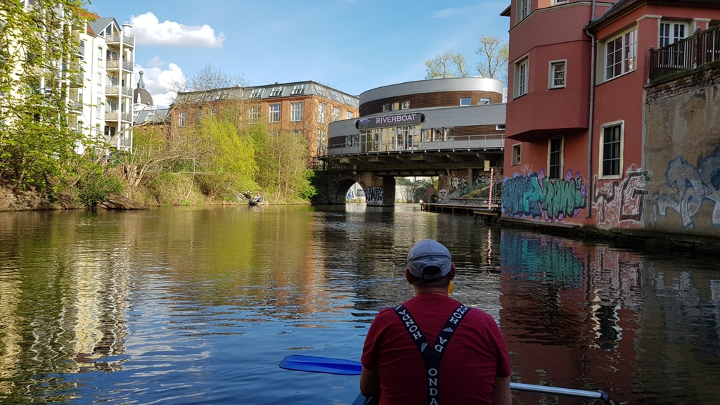 Vorbei am Riverboat auf dem Karl-Heine Kanal zum Bootshaus.