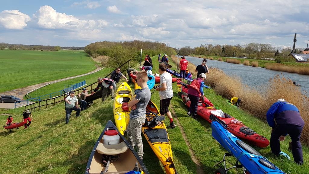 Von der Neuen Luppe zum Saale-Leipzig Kanal auf dem Landweg und einsetzten der Boote.