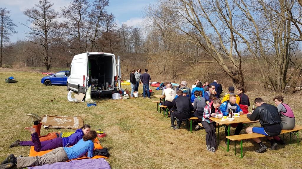 Gegenüber von Töppeln hatten unsere Sportfreunde zur Mittagszeit schon Essen und Getränke aufgetischt.