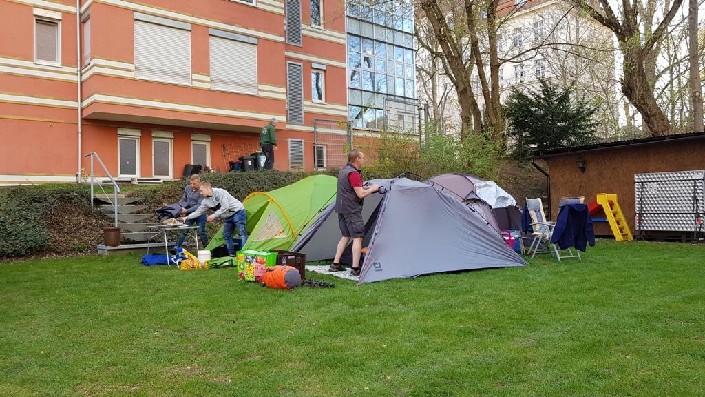 Freitag aufbauen der Zelte und anschließend ein Bierchen mit den Sportfreunden.