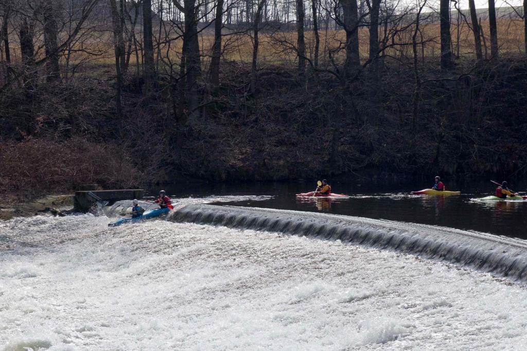 Es gab immer wieder Sportfreunde, die mit ihren Wildwasserbooten die Wehre befahren haben.