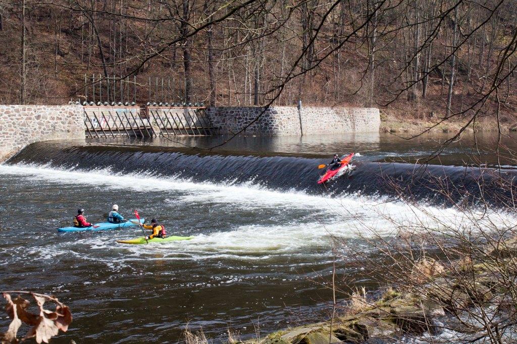 Am 1.Wehr in Waldheim sind einige Wildwasserpaddler runter gefahren.
